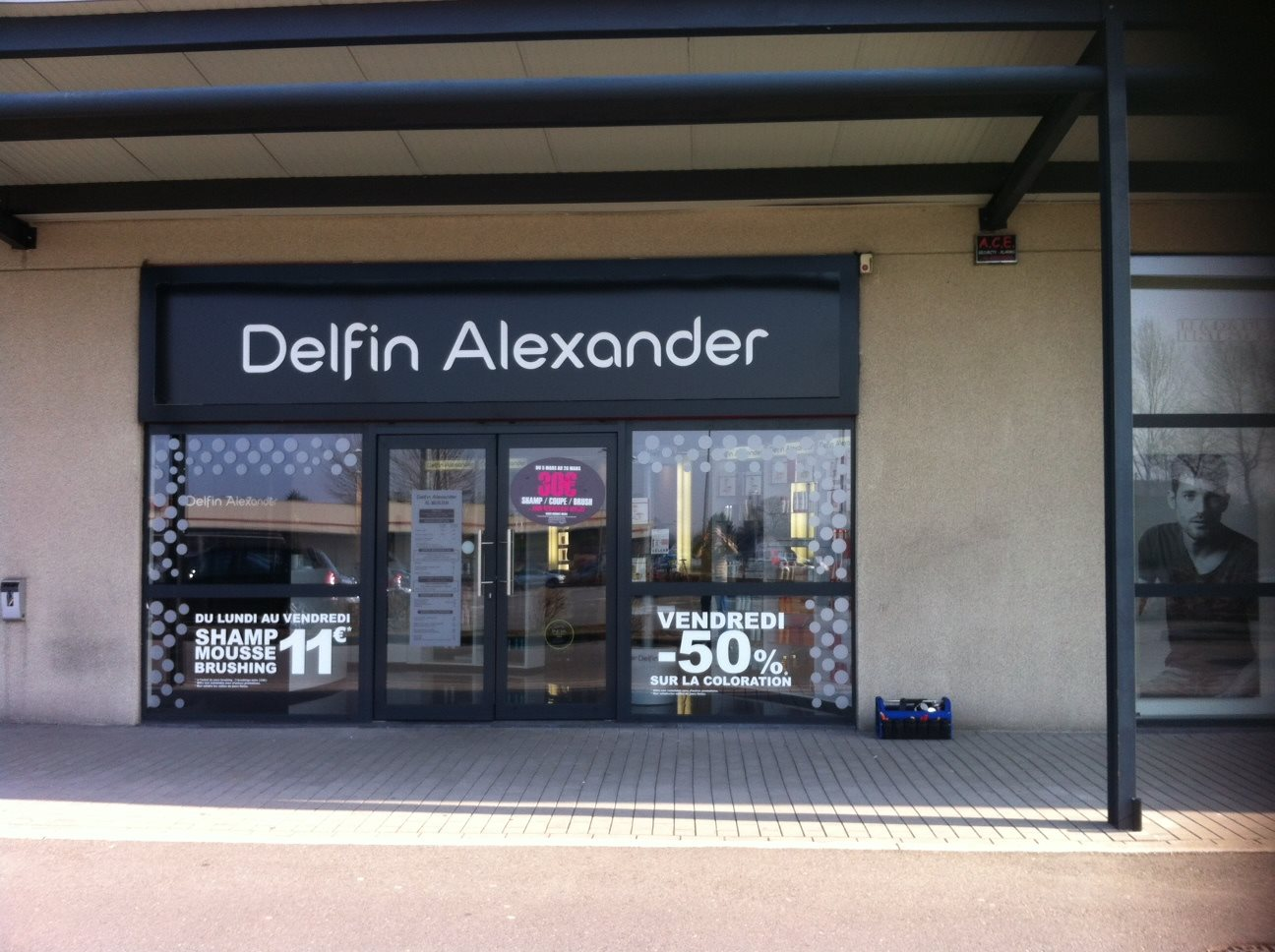 Salon de coiffure delfin alexander maisi res flyers for Porte revue salon de coiffure